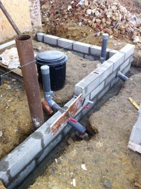 Mur : premiers parpaings et évacuations